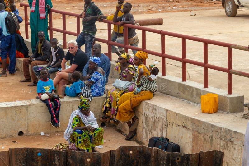 Les gens attendant pour monter dans le ferry image stock