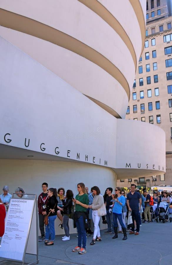 Les gens attendant sur la ligne pour voir l'objet exposé de Klint images libres de droits