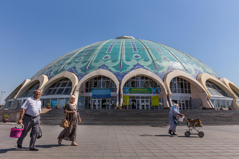 Les gens au bazar de Chorsu à Tashkent, l'Ouzbékistan photo stock