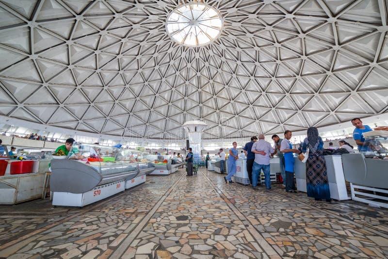 Les gens au bazar de Chorsu à Tashkent, l'Ouzbékistan photographie stock libre de droits