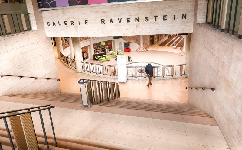 Les gens au centre commercial dans la galerie Ravenstein, exemple du modernisme monumental dans l'architecture photographie stock