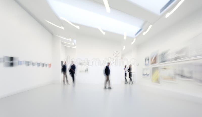 Les gens au centre de galerie d'art images stock