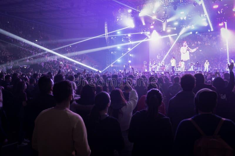 Les gens au concert de musique en direct photos stock