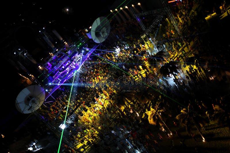 Les gens au concert extérieur de nuit photo stock