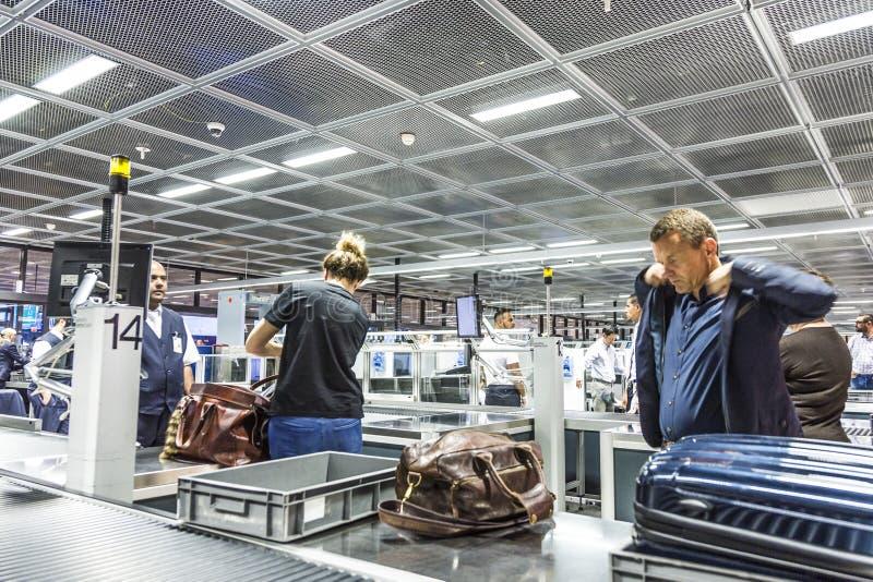 Les gens au contrôle de sécurité à l'aéroport international de Francfort photo libre de droits