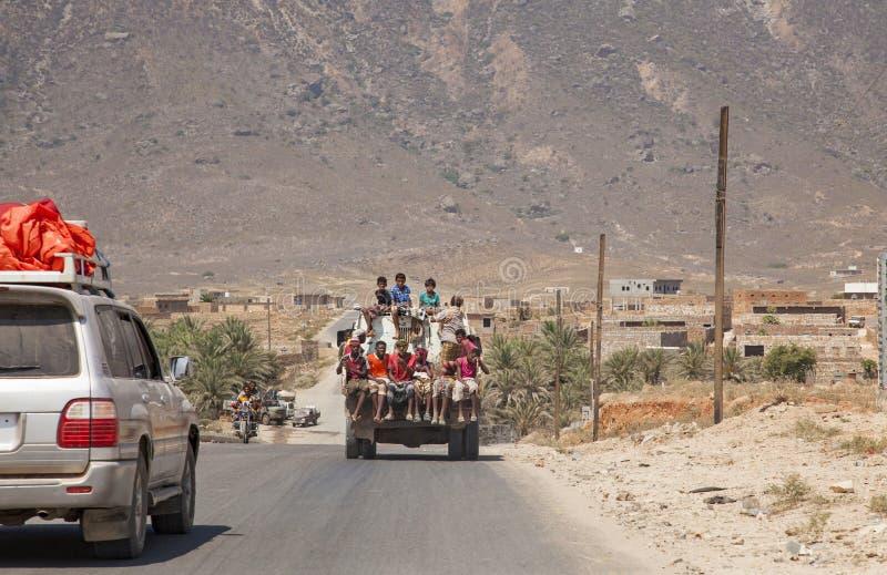 Les gens au fond du camion dans l'île de Socotra, Yémen photos stock