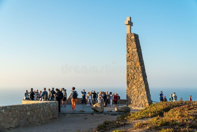 Les gens au monument marquant Cabo DA Roca comme e plus à l'ouest image libre de droits