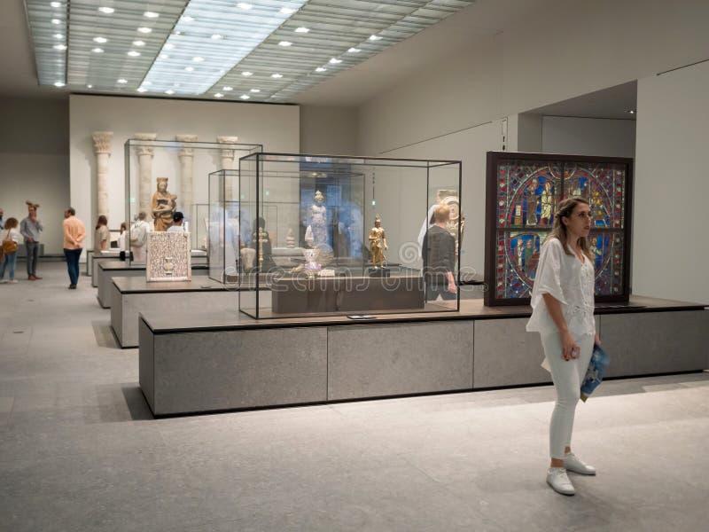 Les gens au musée de Louvre en Abu Dhabi images stock