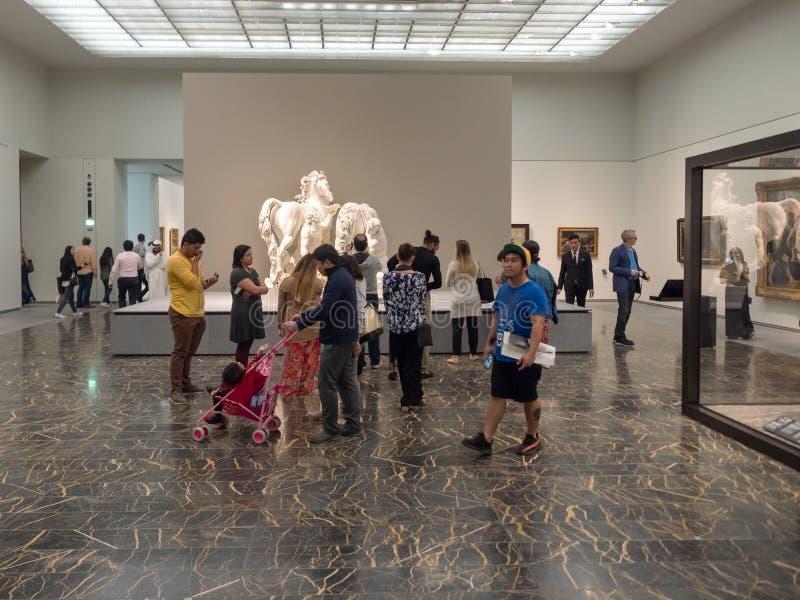 Les gens au musée de Louvre en Abu Dhabi photo stock