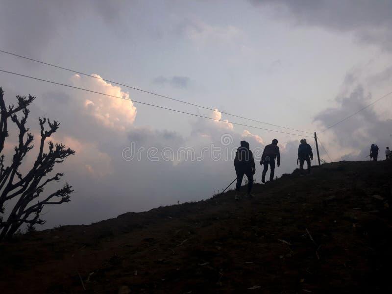Les gens augmentant la colline photographie stock libre de droits