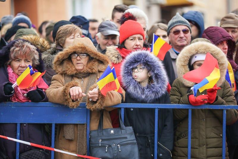 12/01/2018 - Les gens avec des drapeaux recueillis aux célébrations de jour national images libres de droits