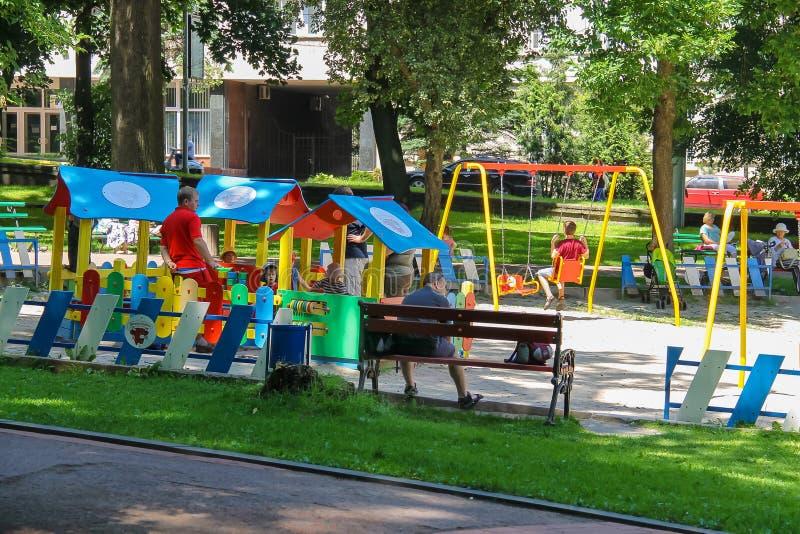 Les gens avec des enfants sur le terrain de jeu en Ivan Franko se garent Lviv, photo libre de droits