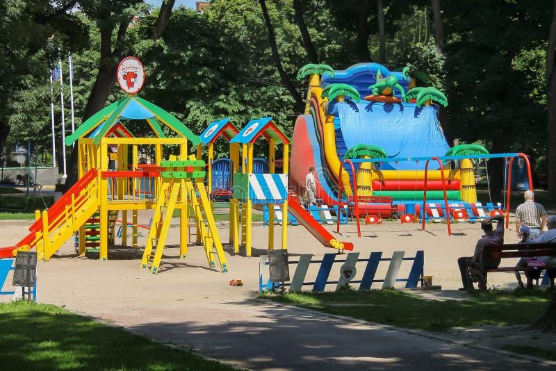 Les gens avec des enfants sur le terrain de jeu en Ivan Franko se garent Lviv, R-U photos stock