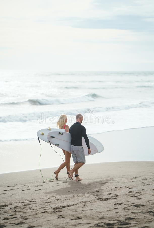 Les gens avec des planches de surfing photo stock