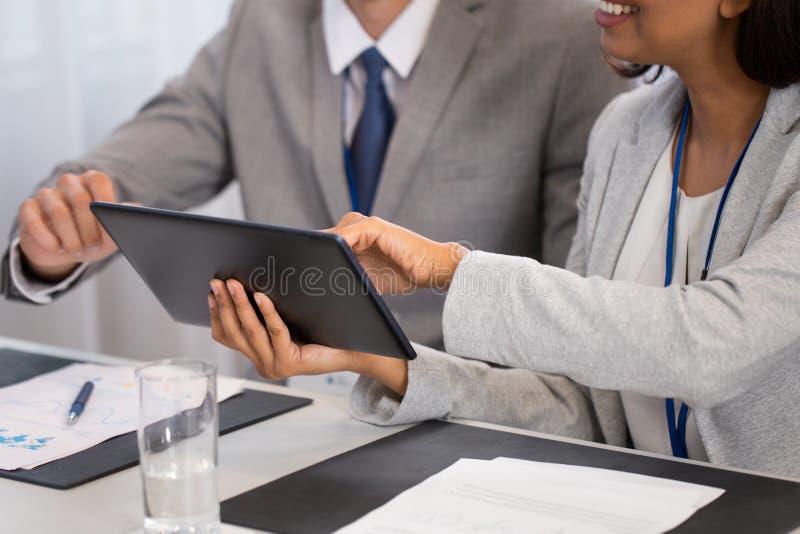 Les gens avec la tablette à la conférence d'affaires image libre de droits