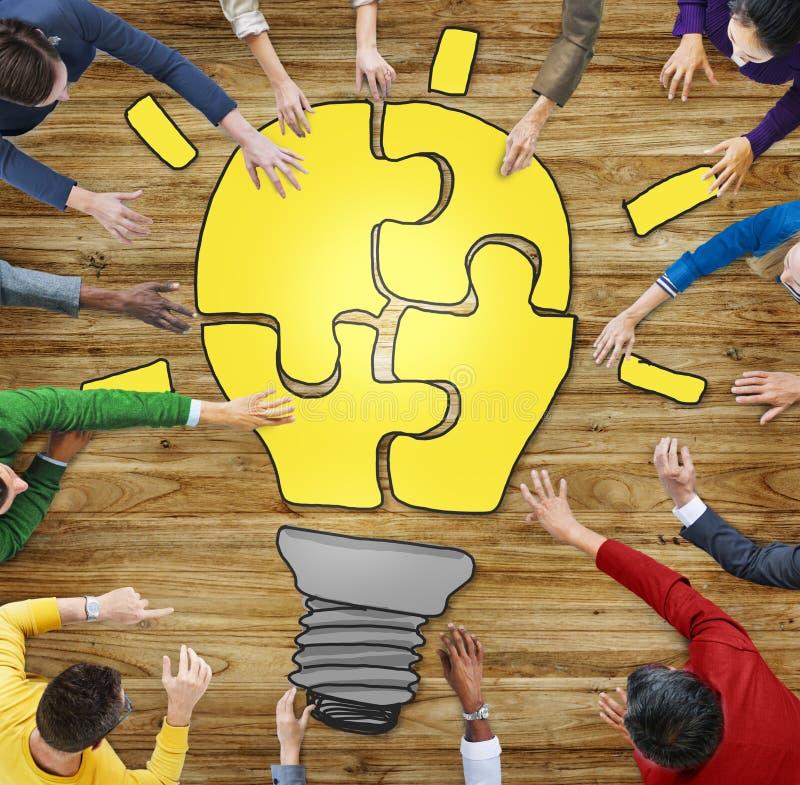 Les gens avec le casse-tête formant l'ampoule illustration stock