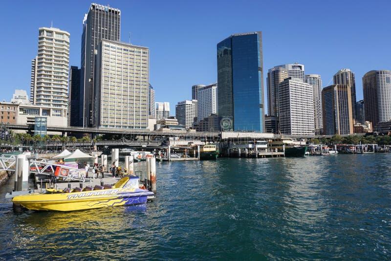 Les gens avec le passager jaune expédient le bateau au port image libre de droits