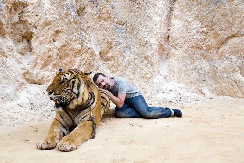 Les gens avec le temple de tigre photos libres de droits
