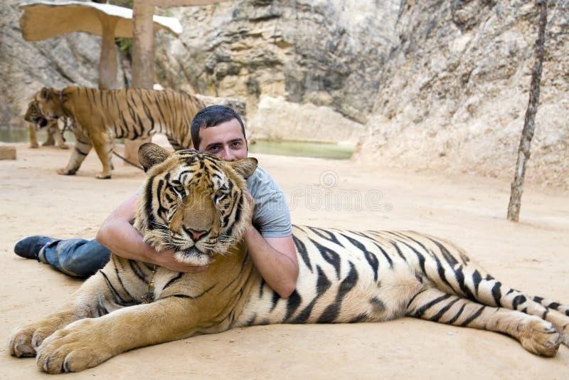 Les gens avec le temple de tigre photo stock
