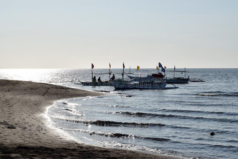 Les gens ayant l'équitation d'amusement sur le bateau de touristes pendant l'été silhouettes photographie stock libre de droits