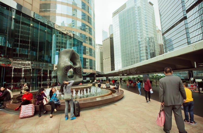 Les gens ayant le repos dedans en centre ville avec des scyscrapers et des monuments d'art moderne photos libres de droits