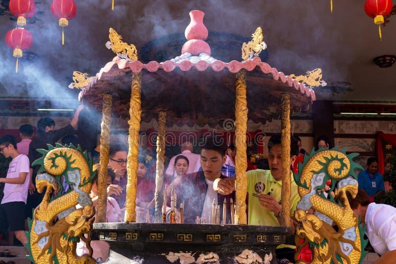 Les gens brûlent des bâtons d'encens et prient pour la bonne chance pendant le jour de l'an chinois photographie stock