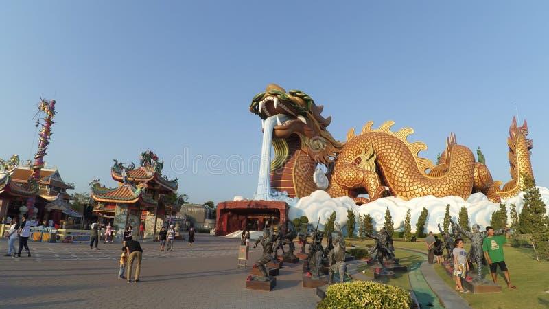 Les gens célèbrent au musée de descendants de dragon photos libres de droits