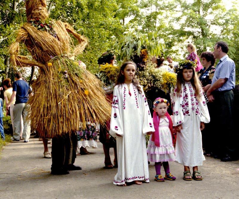 Les gens célèbrent des vacances d'Ivana Kupala sur la nature naturelle images libres de droits