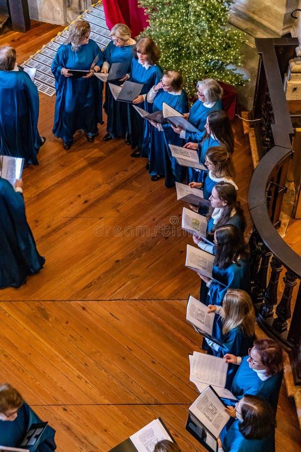 Les gens chantant dans le choeur dans la tour de Clerigos photos stock