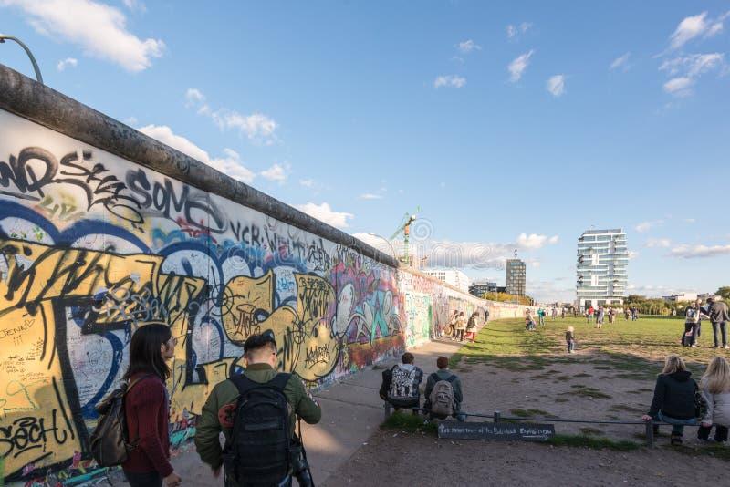 Les gens chez Berlin East Side Gallery image stock