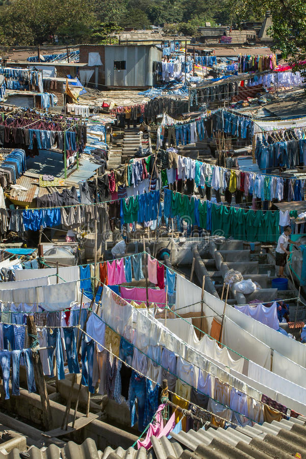 Les gens chez Dhobi Ghat, la plus grande blanchisserie extérieure du monde image stock