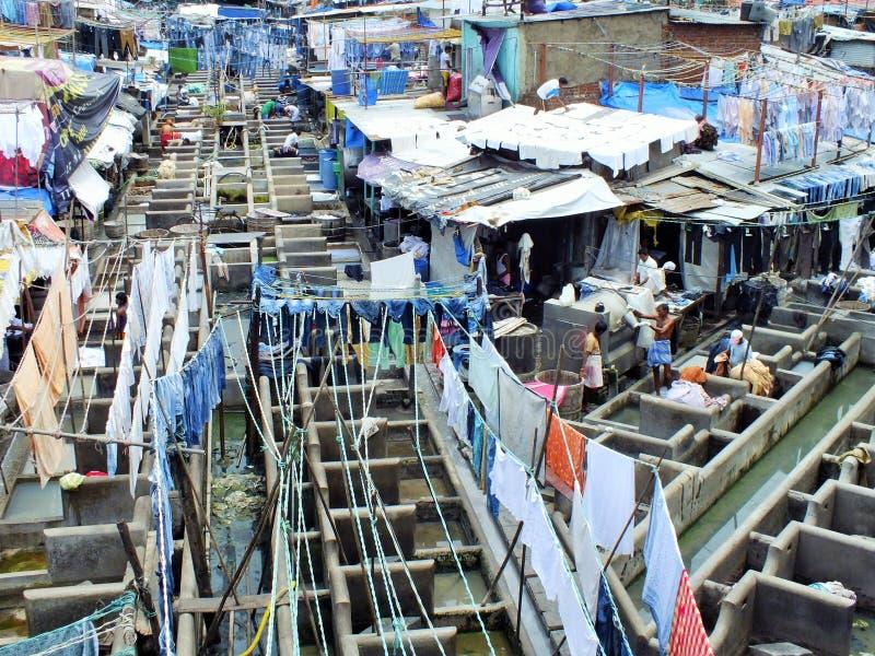 Les gens chez Dhobi Ghat, la plus grande blanchisserie extérieure du monde dans Mumbai, Inde photographie stock