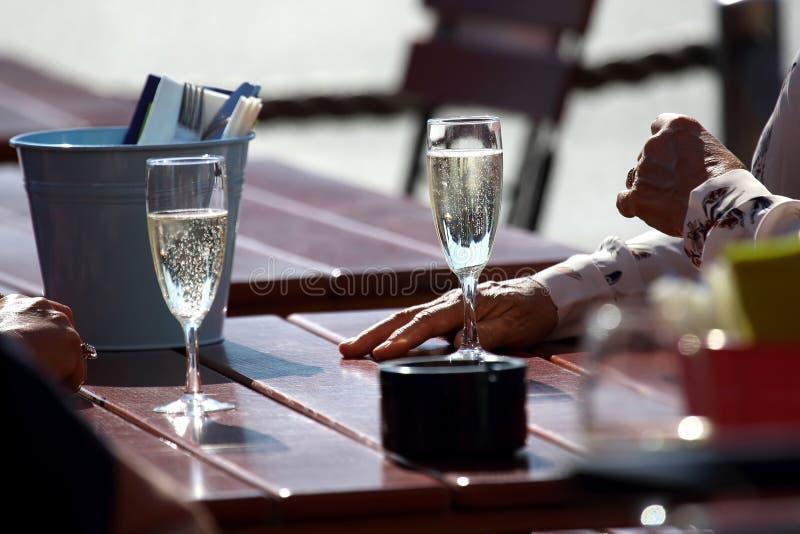 Les gens communiquent sur la rue avec des verres de champagne image stock