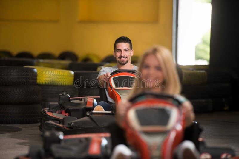 Les gens conduisent le kart avec la vitesse dans Karting images stock