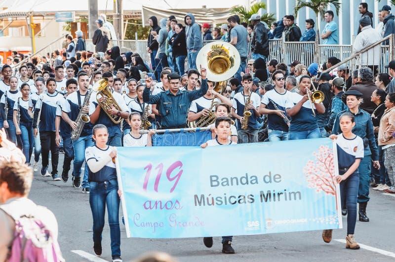 Les gens défilant chez le Desfile Civico, grande milliseconde de Campo, Brésil images stock