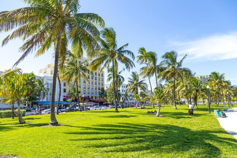 Les gens détendant chez beau Miami Beach images stock