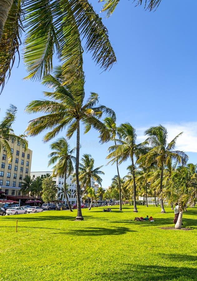 Les gens détendant chez beau Miami Beach image stock