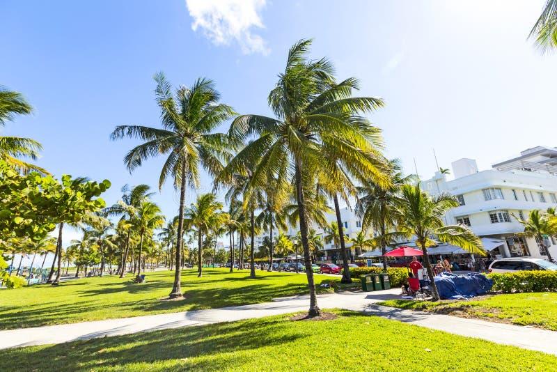 Les gens détendant chez beau Miami Beach photos libres de droits