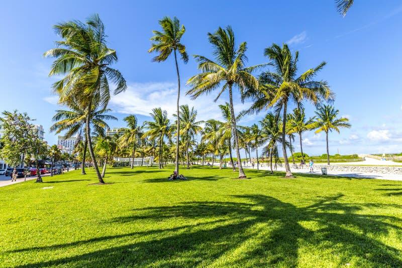 Les gens détendant chez beau Miami Beach photo stock