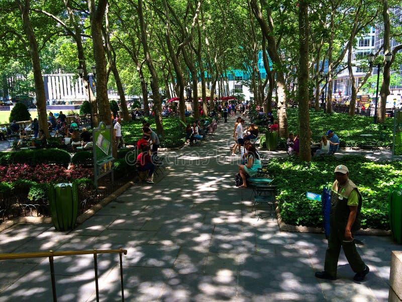 Les gens détendant en Bryant Park NYC un jour chaud images stock