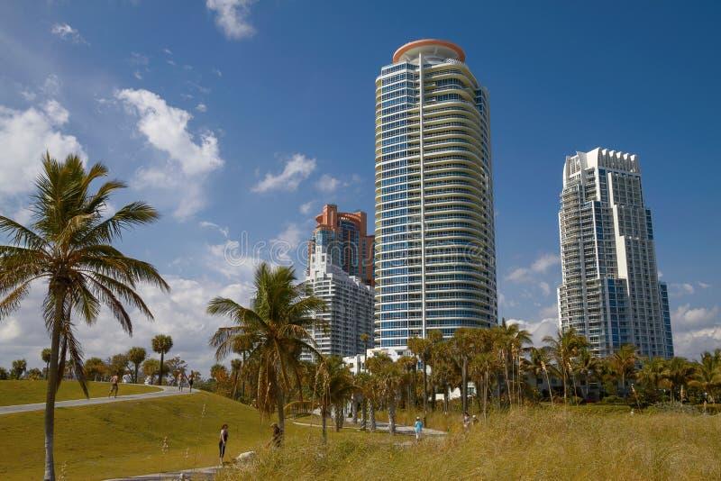 Les gens détendant et appréciant Sunny Day en parc près de Miami Beach images libres de droits
