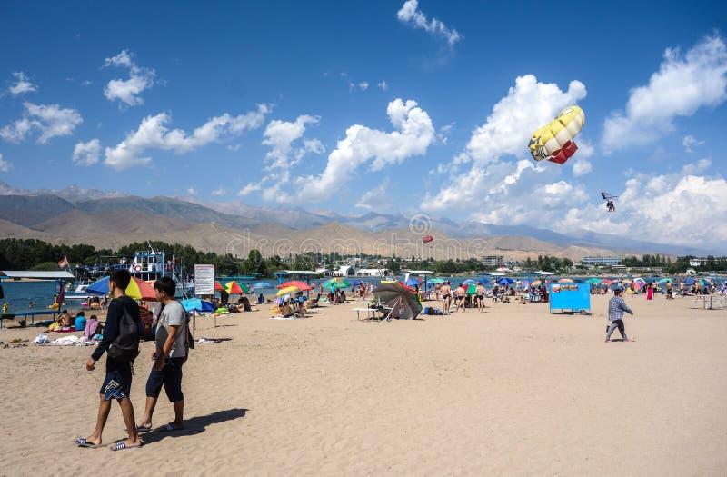 Les gens détendant pendant des vacances d'été au Kirghizistan images libres de droits