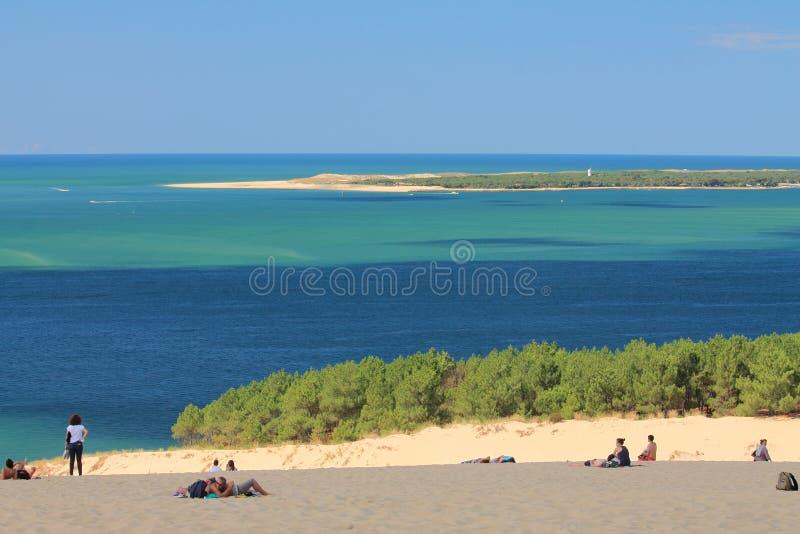 Les gens détendant sur la dune arénacée du pilat photos libres de droits