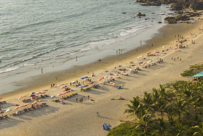 les gens détendent dans des lits de plage avec des parapluies et se baignent en mer, vue aérienne photographie stock libre de droits