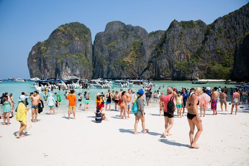 Les gens détendent sur la plage célèbre de Maya Bay sur l'isla de Phi Phi Leh photos stock