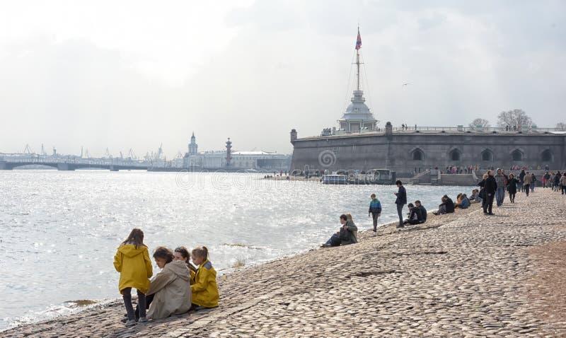 Les gens détendent sur Neva River photo libre de droits