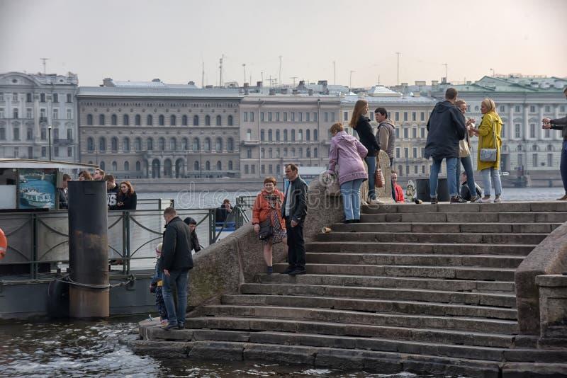 Les gens détendent sur Neva River photographie stock libre de droits