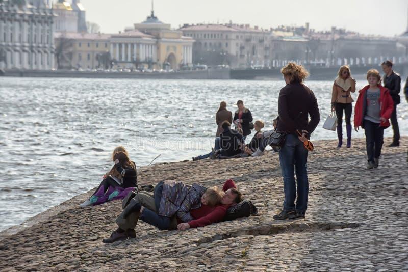 Les gens détendent sur Neva River images libres de droits