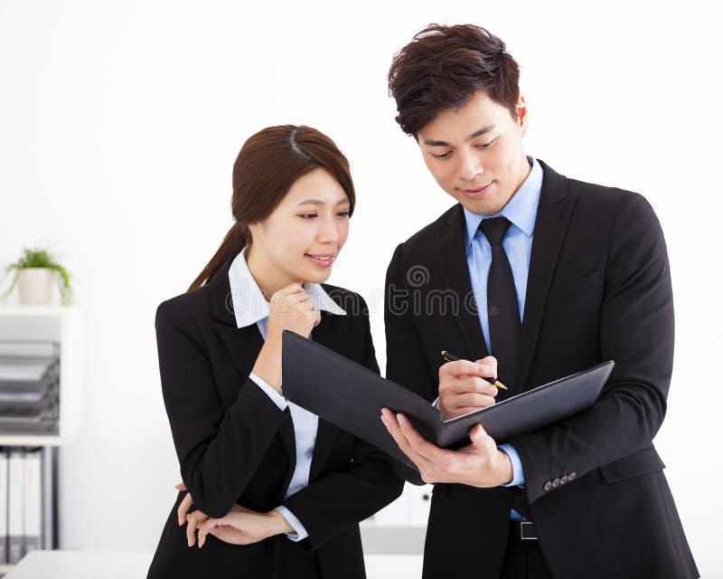 Les gens d'affaires ayant la réunion et discutent image libre de droits