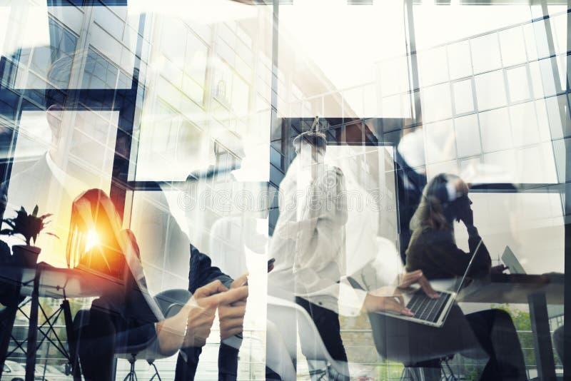 Les gens d'affaires collaborent ensemble dans le bureau Effets de double exposition photographie stock libre de droits